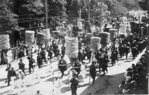 Funeral_Procession_of_Liliuokalani_-_Kahili_Bearers3